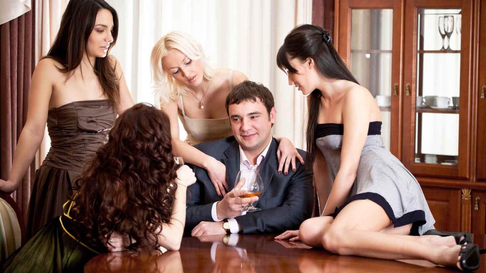 Трое мужиков удовлетворили девушку так что она несколько раз кончила — pic 15
