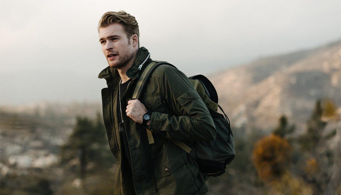 Las chaquetas militares dan al look masculino un aire más