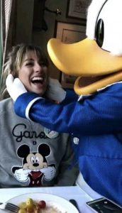 Blanca Suárez con sudadera Mickey Mouse. Crédito: Cortesía de la marca.
